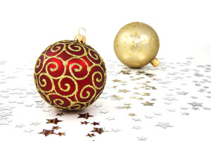 9112-red-and-gold-christmas-ornaments-on-a-white-floor-with-silver-stars-pv